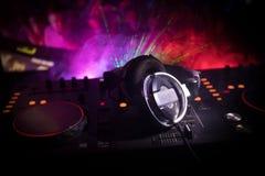 Au centre sélectif du pro contrôleur du DJ Le DJ consolent le bureau de mélange de disc-jockey à la partie de musique dans la boî photographie stock