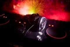 Au centre sélectif du pro contrôleur du DJ Le DJ consolent le bureau de mélange de disc-jockey à la partie de musique dans la boî photographie stock libre de droits