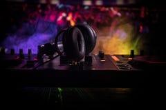 Au centre sélectif du pro contrôleur du DJ Le DJ consolent le bureau de mélange de disc-jockey à la partie de musique dans la boî image libre de droits
