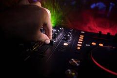 Au centre sélectif du pro contrôleur du DJ Le DJ consolent le bureau de mélange de disc-jockey à la partie de musique dans la boî photos stock