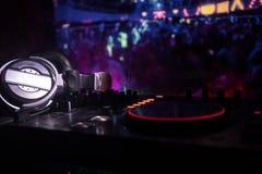 Au centre sélectif du pro contrôleur du DJ Le DJ consolent le bureau de mélange de disc-jockey à la partie de musique dans la boî photos libres de droits