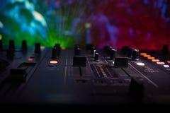 Au centre sélectif du pro contrôleur du DJ Le DJ consolent le bureau de mélange de disc-jockey à la partie de musique dans la boî images libres de droits