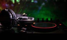 Au centre sélectif du pro contrôleur du DJ Le DJ consolent le bureau de mélange de disc-jockey à la partie de musique dans la boî photo stock