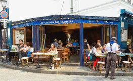 Au Clairon De Chasseur jest Francuskim tradycyjnym kawiarnią lokalizować w Montmartre, Paryż, Francja Zdjęcia Royalty Free