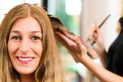 Au coiffeur - le femme obtient la couleur neuve de cheveu Photos stock