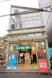 Au coin de la rue boutique à Séoul Images stock