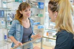 Au compteur de pharmacie photos stock
