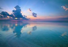 Coucher du soleil au-dessus de beau bord de la mer Photo libre de droits