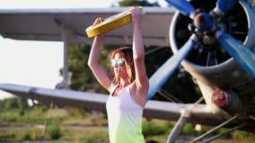 Au coucher du soleil, sportif, jeune femme dans des lunettes de soleil, dans des collants, faisant s'exerce avec le poids, plat l banque de vidéos