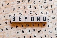 Au delà du mot sur les cubes en bois images libres de droits