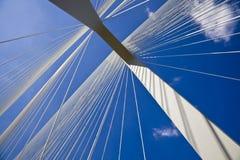 Au-dessous d'un pylône de passerelle Image stock