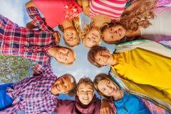 Au-dessous de la vue des enfants se tenant sous la forme de cercle Images stock