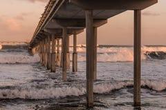 Au-dessous du pilier de pêche de plage d'océan Photos libres de droits