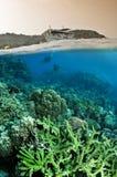 Au-dessus de de dessous de l'océan et des plongeurs Photo stock