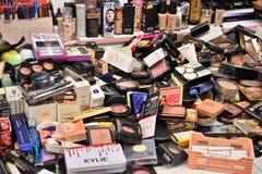 Au-dessus de l'approvisionnement et de l'abondance de cosmétiques photo stock