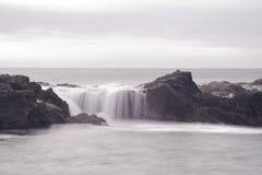 Au-dessus de l'eau d'écoulement sur les roches, plage botanique, port Renfrew Images stock