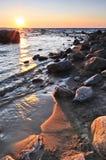 au-dessus de l'eau de coucher du soleil photo stock
