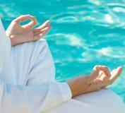au-dessus de l'eau de méditation de mains Photos stock