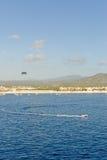 au-dessus de l'eau de parasailing Image stock