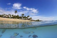 Au-dessus de l'eau du fond de l'île dans les Pentecôtes images stock
