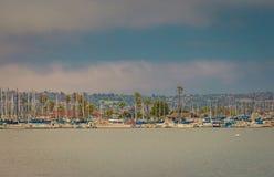 Au-dessus de l'eau et vers l'île avec des bateaux photographie stock