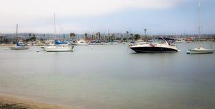 Au-dessus de l'eau et vers l'île avec des bateaux images stock