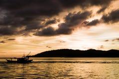au-dessus de l'eau ondulée de coucher du soleil Photos libres de droits