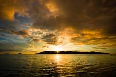 au-dessus de l'eau ondulée de coucher du soleil Photo libre de droits