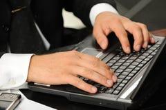 au-dessus de l'ordinateur portatif de clavier de mains Photographie stock libre de droits