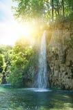 au-dessus de la cascade à écriture ligne par ligne de lever de soleil Photo stock