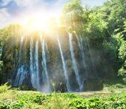 au-dessus de la cascade à écriture ligne par ligne de lever de soleil Photographie stock