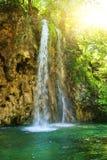 au-dessus de la cascade à écriture ligne par ligne de lever de soleil Photographie stock libre de droits