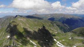 Au-dessus de la jument maximale de Vistea - le troisième sommet le plus élevé - montagnes de Fagaras - Roumanie banque de vidéos