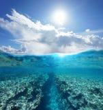 Au-dessus de la lumière du soleil de dessous de paysage marin avec le récif sous-marin Photo stock