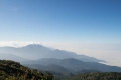 Au-dessus de la montagne images stock
