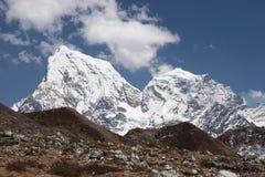 au-dessus de la neige de montagnes de l'Himalaya de côtes d'herbe Photos stock