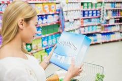 Au-dessus de la vue d'épaule de la femme regardant le produit Image libre de droits