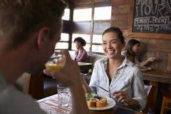 Au-dessus de la vue d'épaule des couples prenant le déjeuner dans un restaurant Image libre de droits