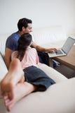 Au-dessus de la vue d'un couple utilisant un ordinateur portable Image libre de droits
