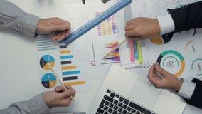 Au-dessus de la vue de deux hommes d'affaires travaillant ensemble au bureau discutant le budget, diagrammes financiers Poignée d banque de vidéos
