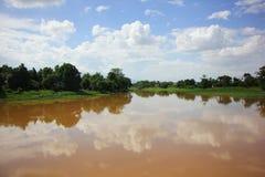 Au-dessus de la vue de la rivière rose dans Saraphi Image libre de droits