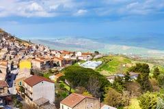 Au-dessus de la vue de la ville d'Aidone en Sicile au printemps Image libre de droits