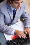 Au-dessus de la vue de taper d'homme d'affaires image stock