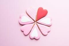 Au-dessus de la vue des biscuits faits main avec le glaçage coloré Image libre de droits