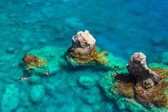 Au-dessus de la vue des couples naviguant au schnorchel en eau de mer de turquoise, Glyka Nera, Chania, Crète Photos libres de droits