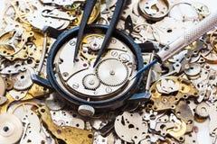 Au-dessus de la vue des outils sur la montre ouverte sur des pièces de rechange Photographie stock