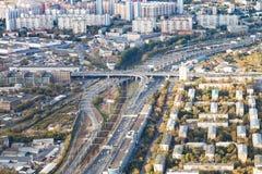 Au-dessus de la vue des routes et des chemins de fer dans la ville de Moscou images stock