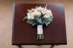 Au-dessus de la vue du bouquet de mariage des roses blanches sur la table basse Images libres de droits
