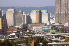 Au-dessus de la vue du centre de la ville et de l'échange d'autoroute Photo libre de droits