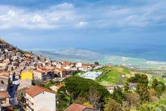Au-dessus de la vue du comune d'Aidone en Sicile au printemps Image stock